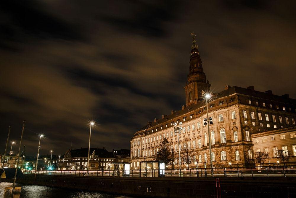 Christiansborg i aftenmørke