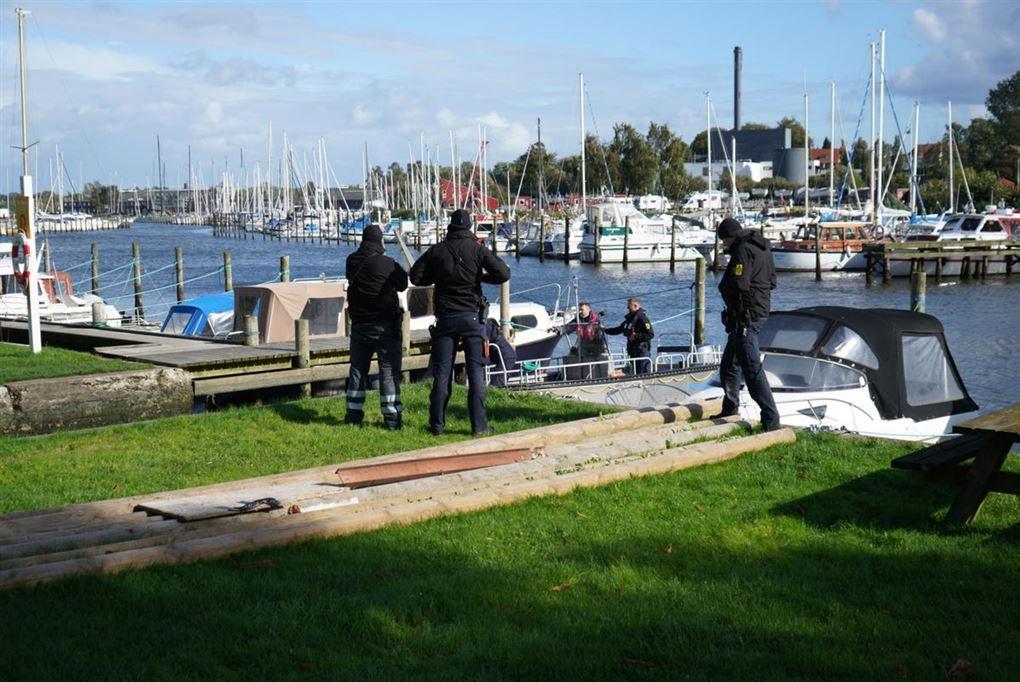 politi til stede ved havneområde