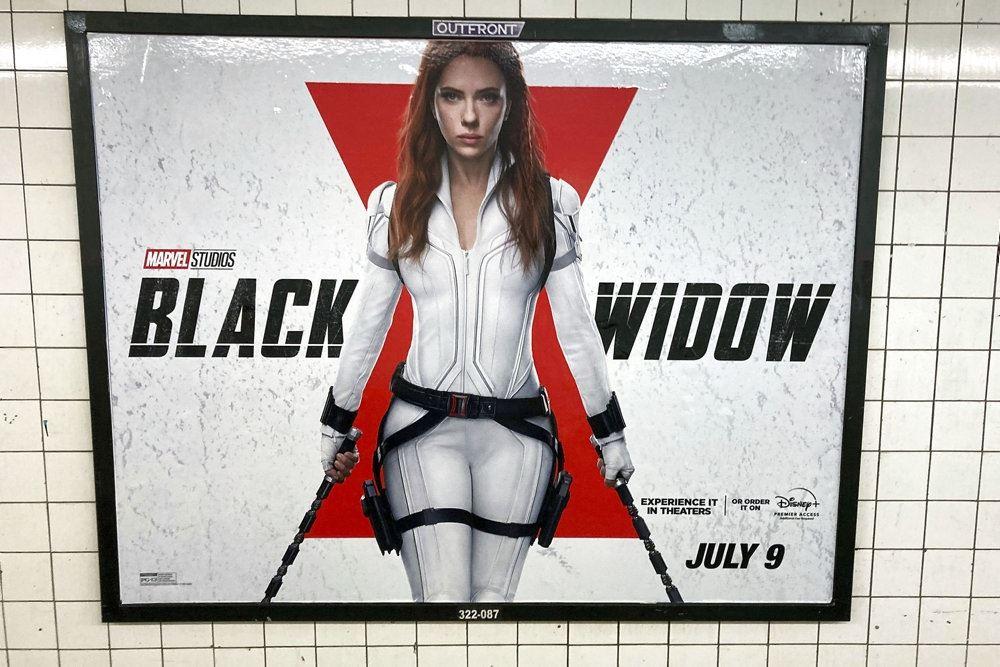 en plakat med Scarlett Johanneson og logo bagved