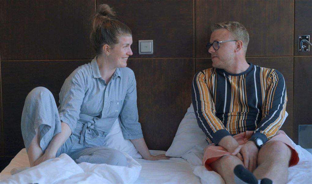 Et par i en seng med nattøj på