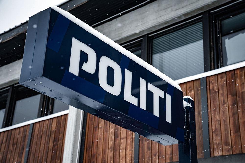 politilogo på bygning