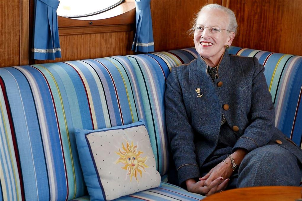 dronning margrethe sidder og smiler