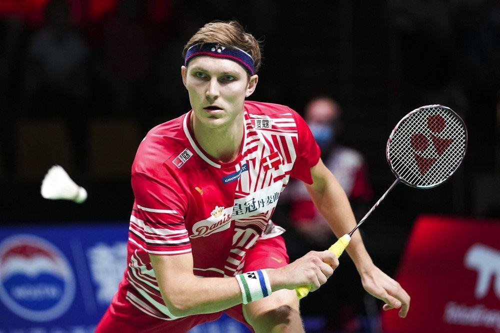 En badmintonspiller ved nettet