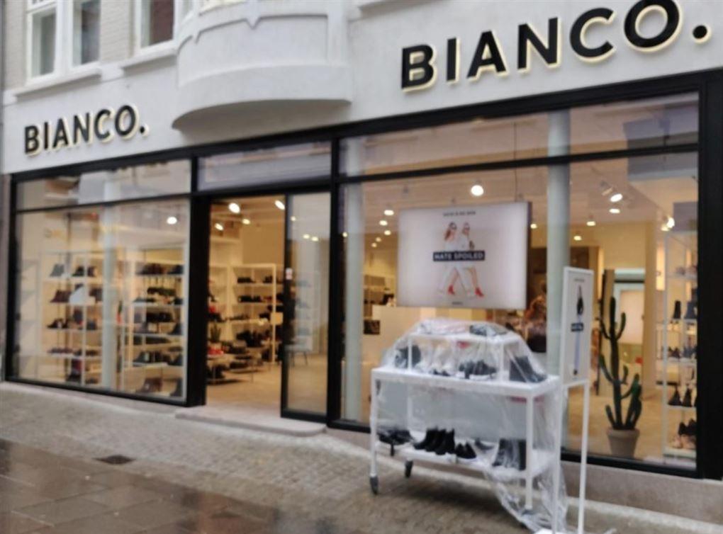 En butiksfacade med sko