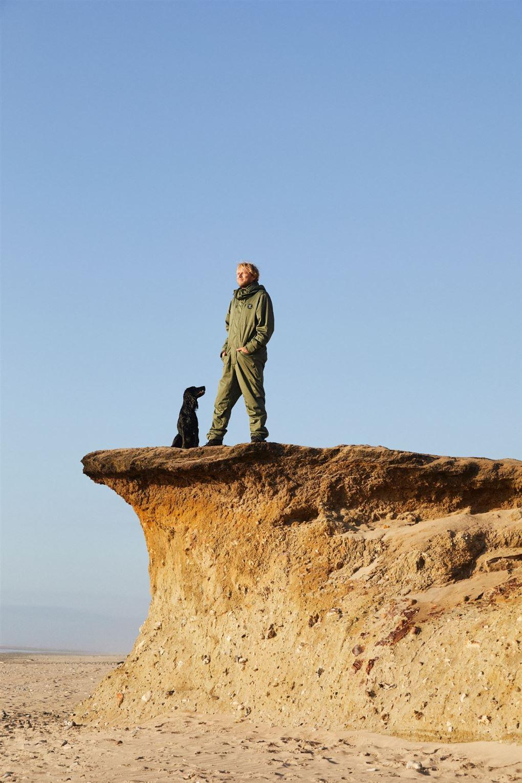 En mand med en hund på en klit