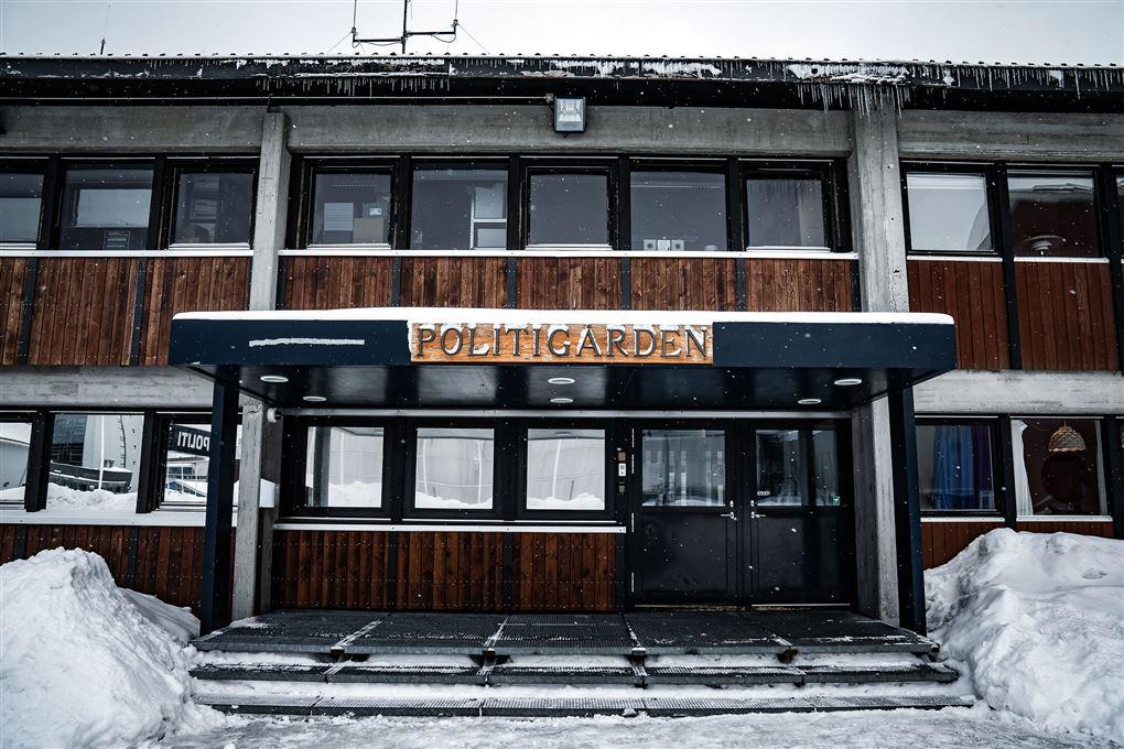 Politigården i Nuuk set udefra med sne omkring