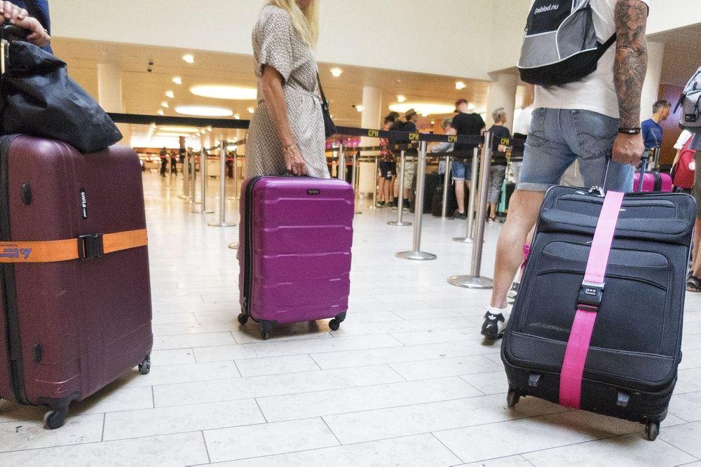 En masse kufferter i en lufthavn
