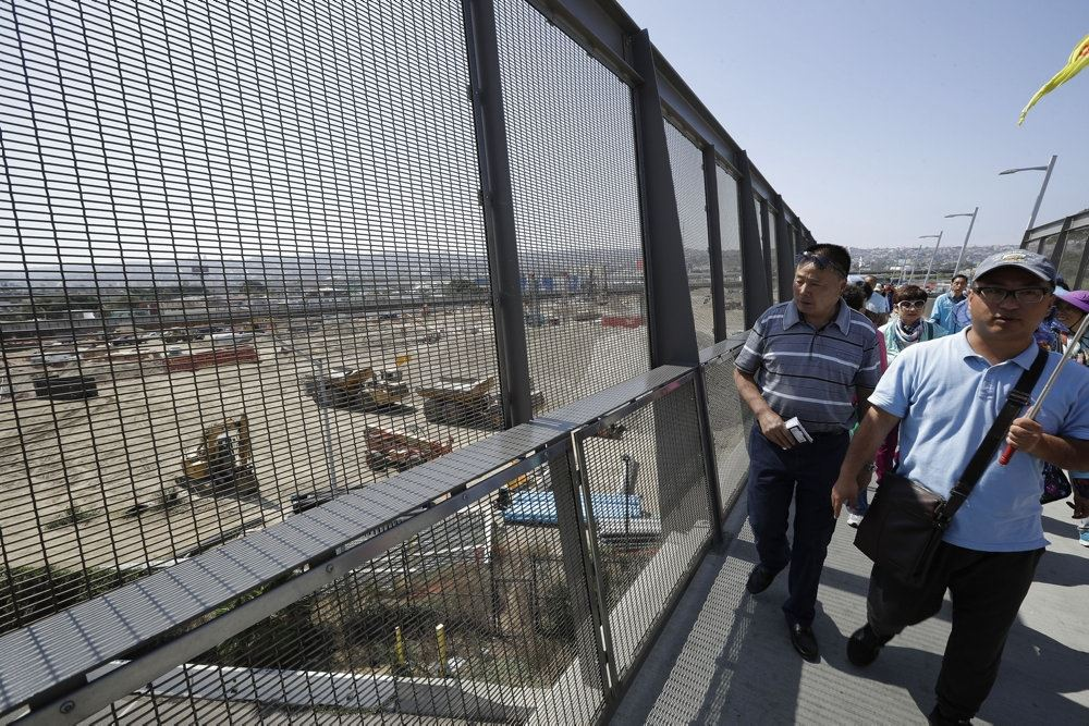 turister står på bro