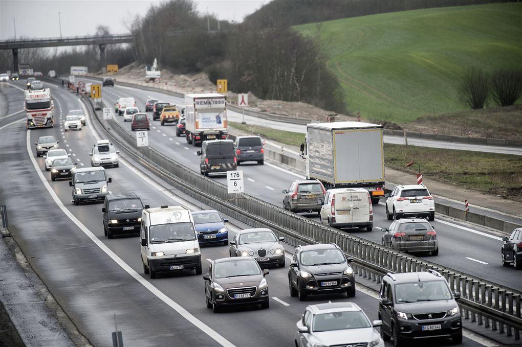 biler på vej i myldretrafik