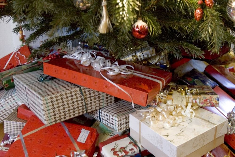julegaver under træ