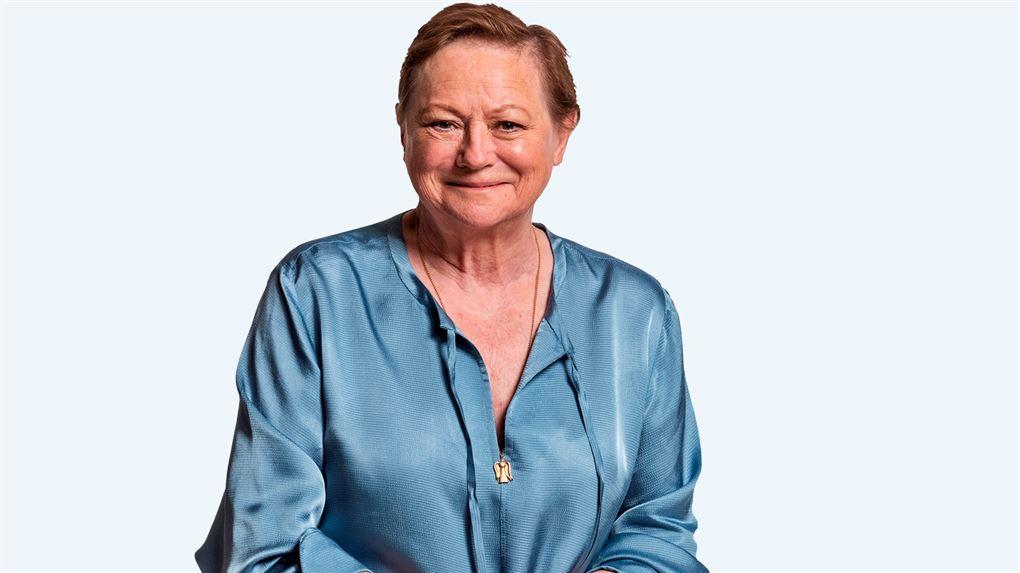 Pressebillede af Lisbet Dahl i lyseblå satinbluse og smil.