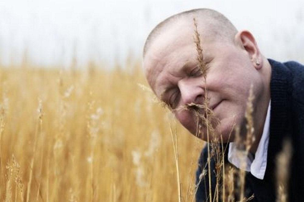 Komikeren på en mark han dufter til korn