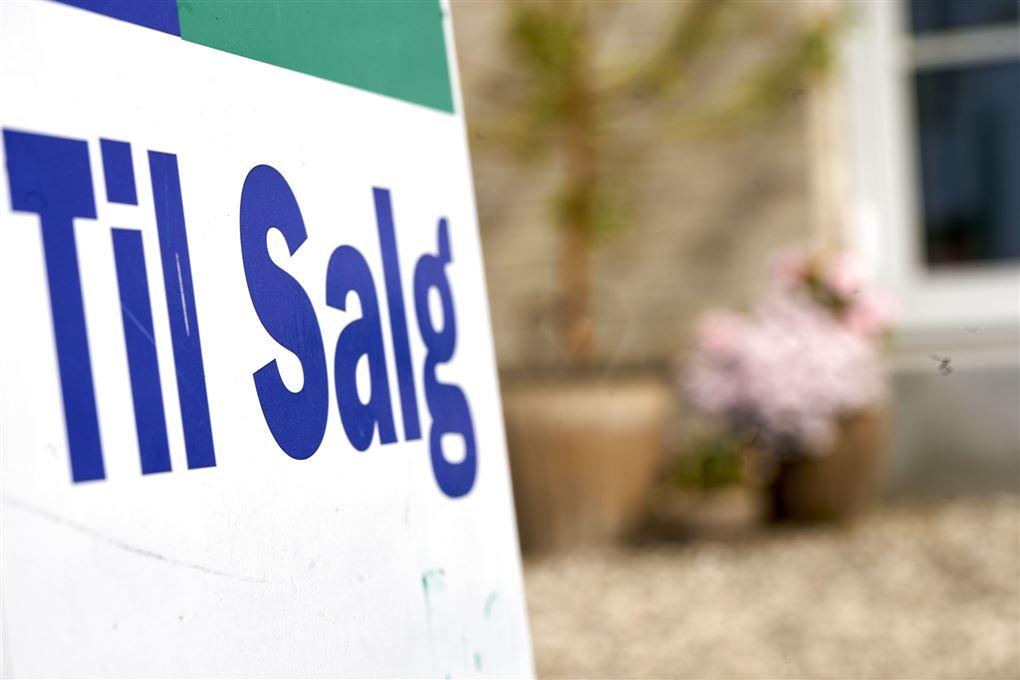 til salg skilt foran hus