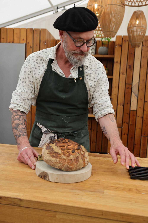 mand med bagværk