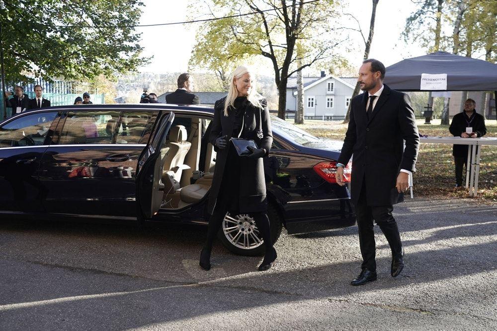 Norsk kronprinsepar stiger ud af en bil
