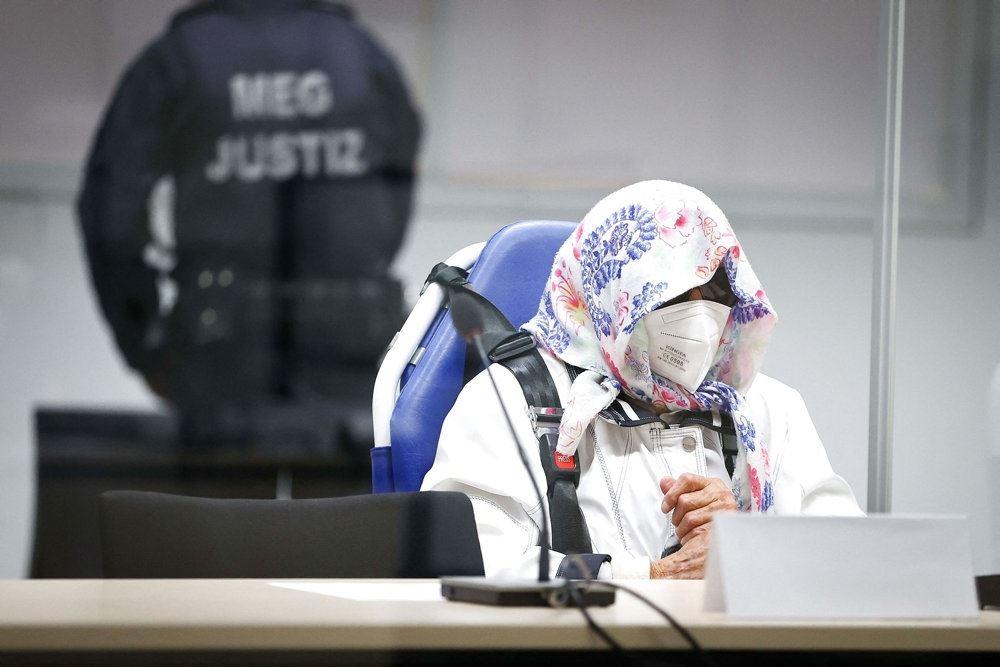 kvinde sidder i retssal med mundbind