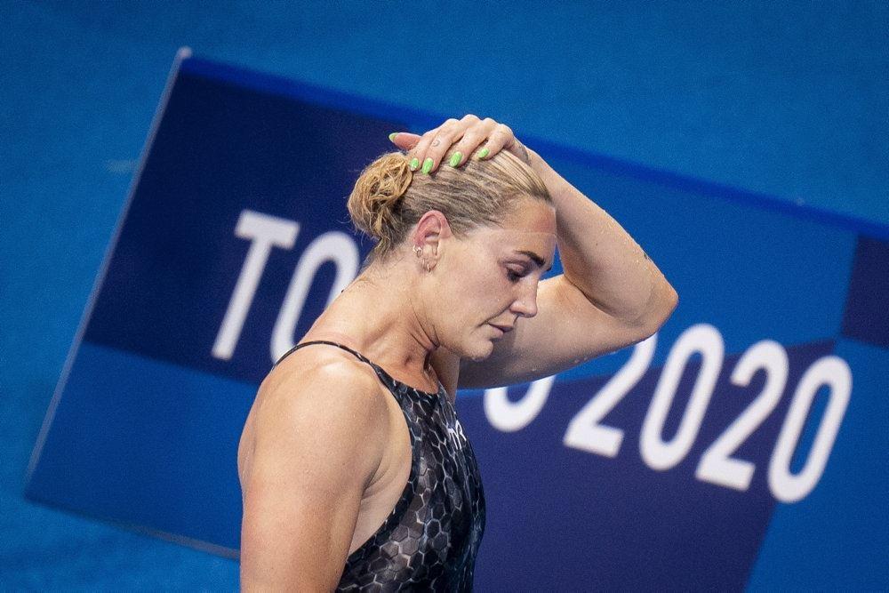 svømmer tager sig til håret
