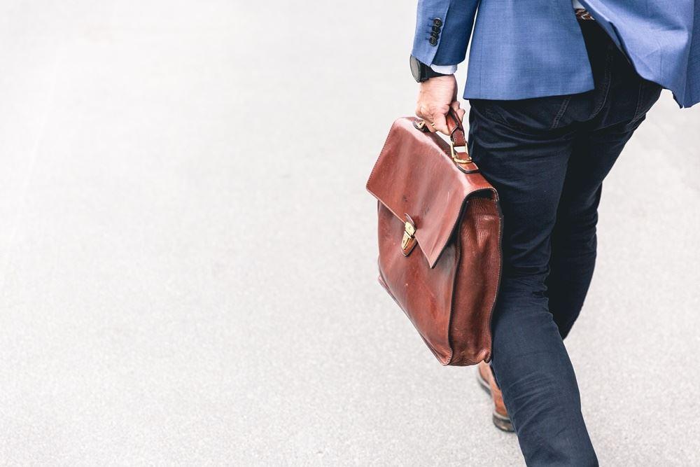 mand går med taske