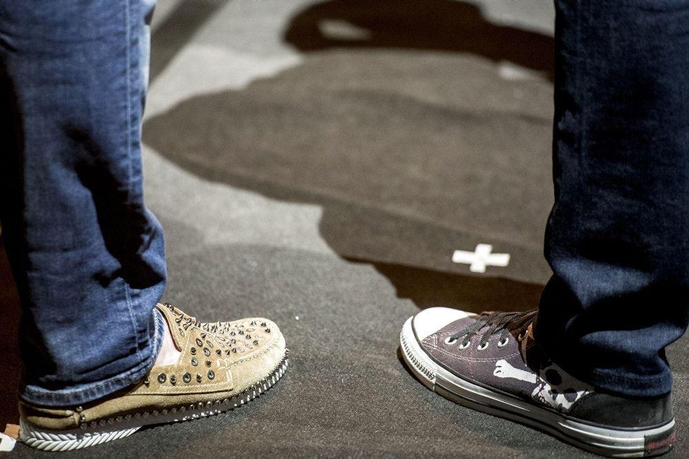 to ben med to forskellige sko på fødderne