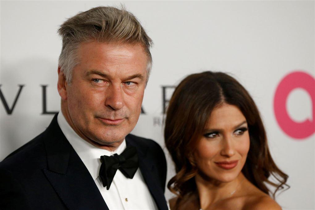 alec baldwin poserer med sin kone