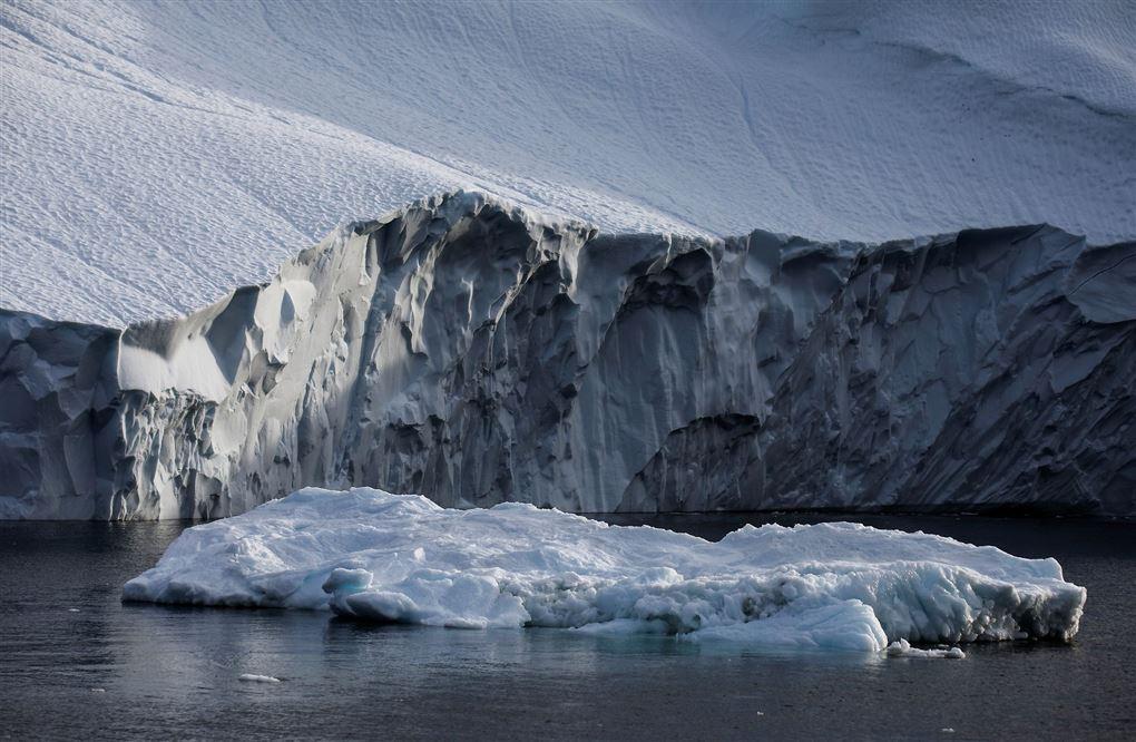Et isbjerg i vandet