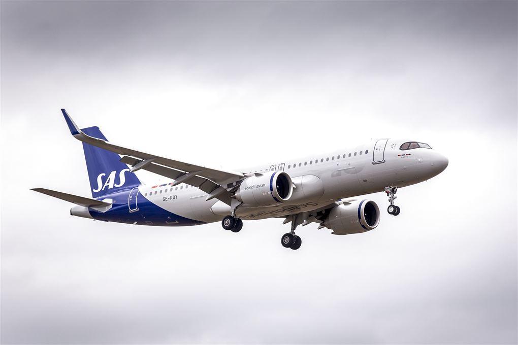 Et SAS-fly gør klar til landing