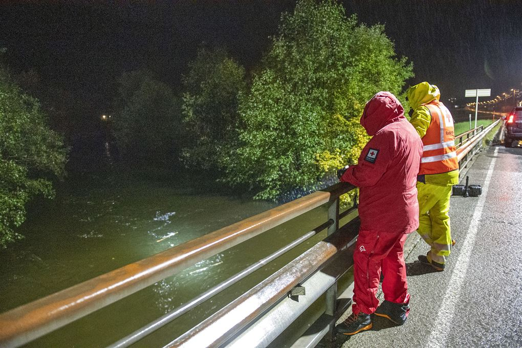 mænd står ved bro og kigger