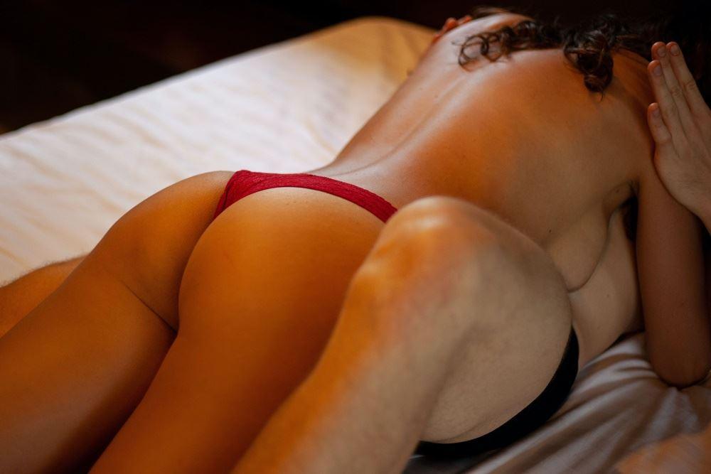 afklædt par i sengen
