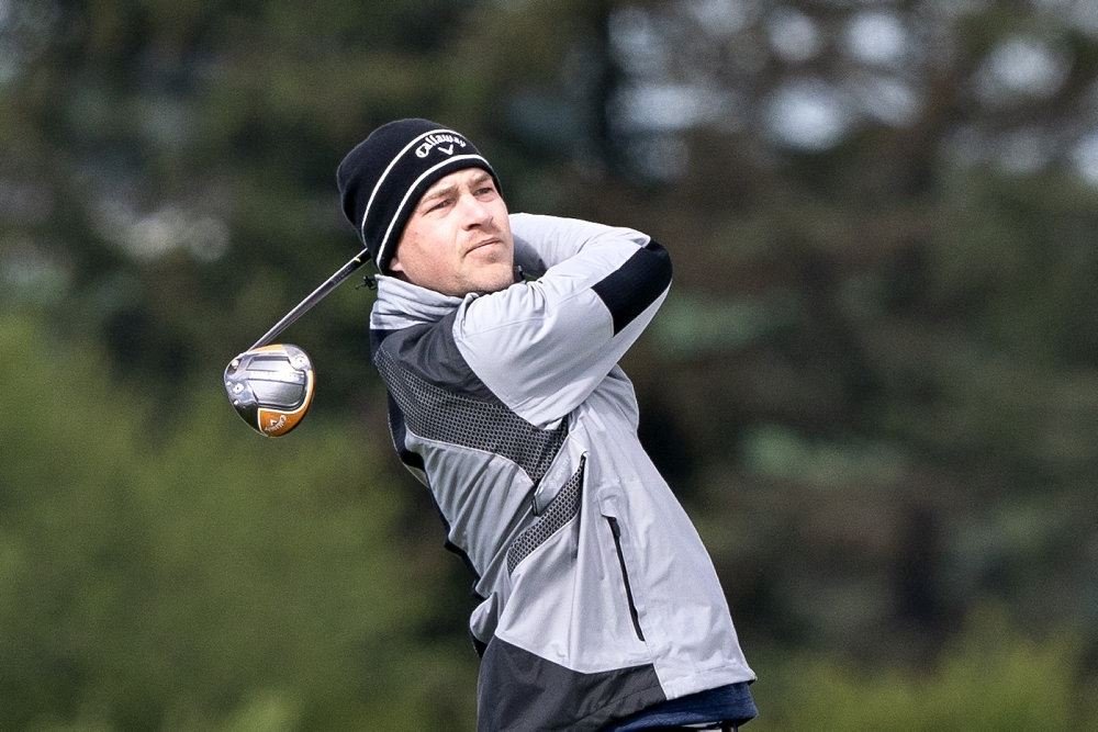 golfspiller på banen