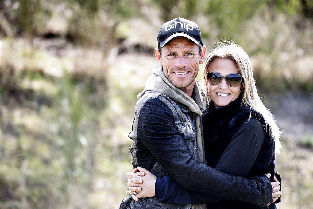 Allan Nielsen og Tina Lund fotograferet udenfor mens de holder om hinanden.