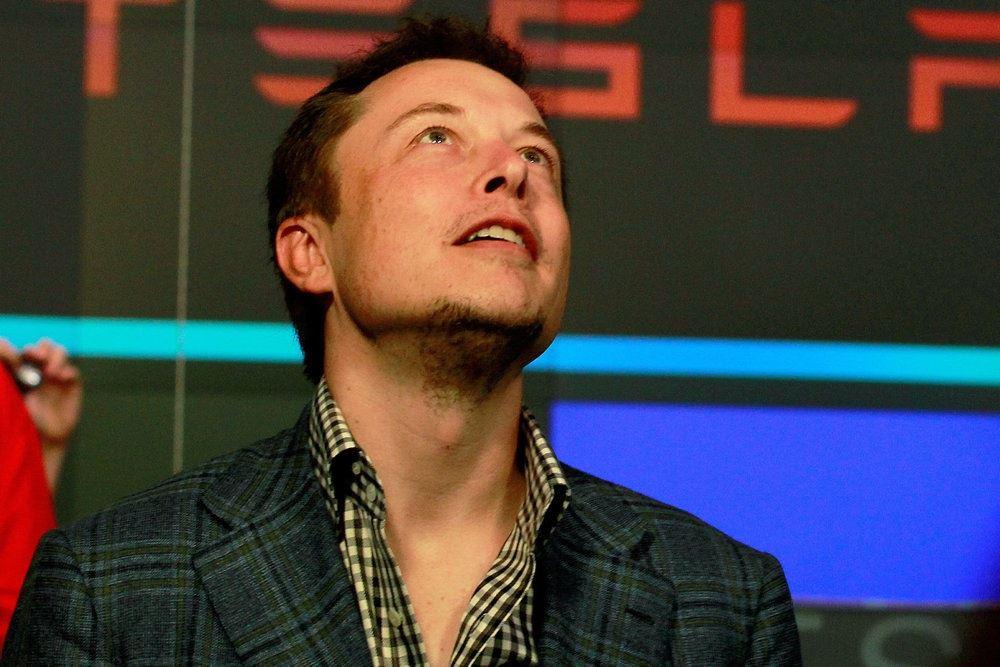Elon Musk kigger op mod stjerne