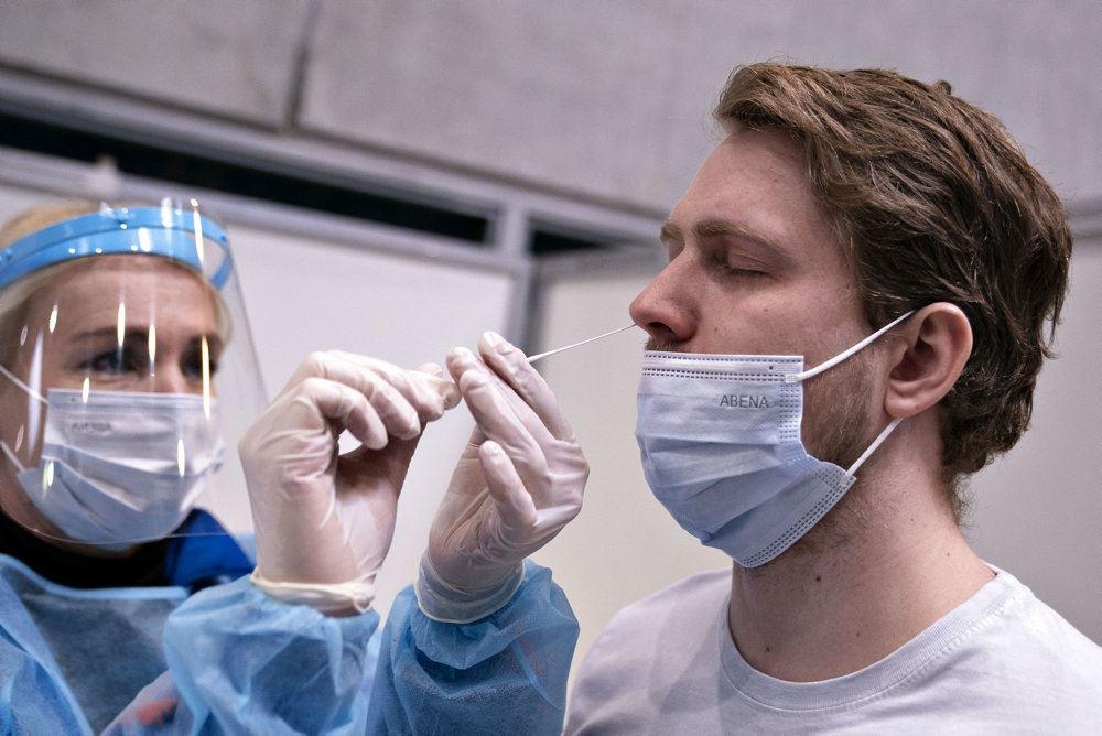 en ung mand bliver testet i næsen