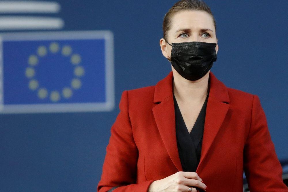 Mette Frederiksen med mundbind ved et EU skilt