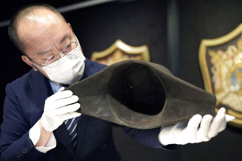 Auktionarius fremviser den gamle hat