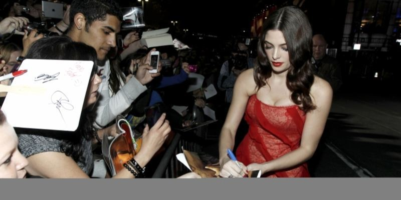 Ashley Greene, der spiller Edward Cullens synske storesøster Alice, skriver autografer til gallapremieren i Los Angeles.